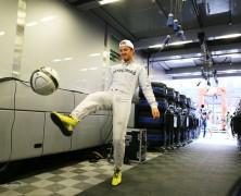 Rosberg rozciął stopę podczas treningu na plazy