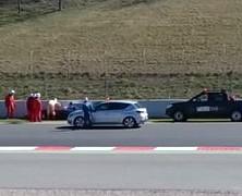 Pierwsze chwile po wypadku Alonso. Jest wietrznie…